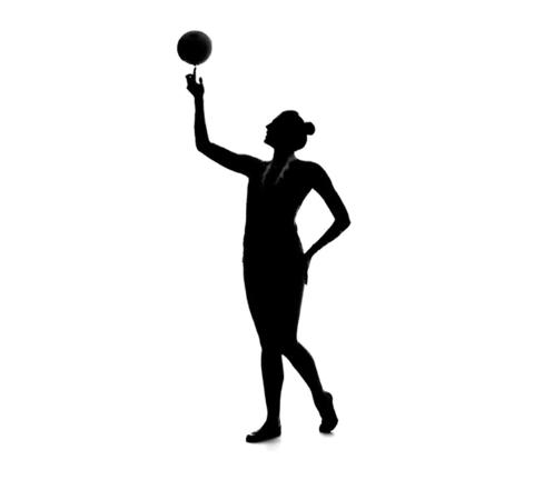Danseuse sportive avec balle